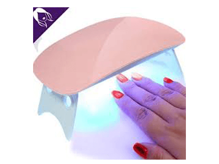Placer vos ongles dans la lampe en UV