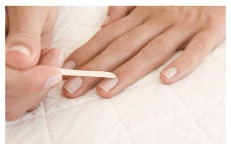 Préparer l'ongle avant le gel